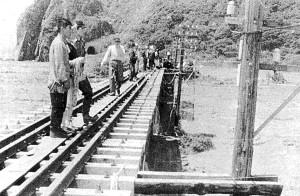 昭和30年新冠大水害 鉄橋からの救助の様子