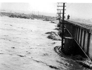 昭和30年新冠大水害 鉄橋付近での新冠川の濁流