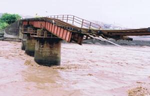平成15年新冠水害で倒壊した鉄橋と新冠川の濁流