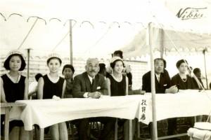女子野球大会を観戦する竹鶴氏(中央左)