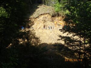 写真2 対岸から見た発掘現場。