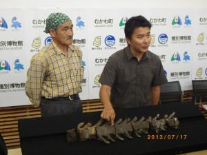写真1 2013年7月17日の報道会見。右が小林准教授。