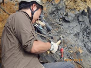 ハンマーとタガネによる岩石の除去。