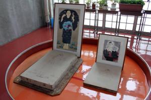 今金中学校内での展示② 石版とその石版で刷られた版画
