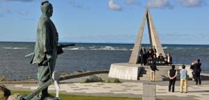 宗谷岬:「日本最北端の地の碑」と「間宮林蔵の立像」(後ろに見える島影はサハリン)