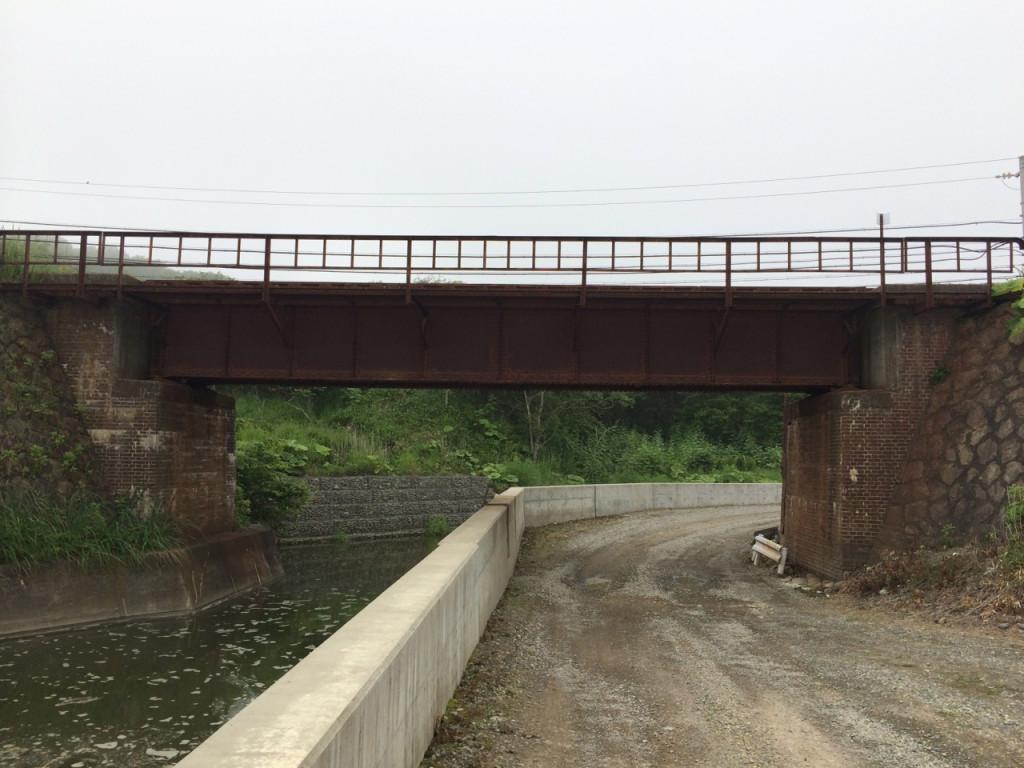 図5 レンガ橋台と石垣組築堤、八幡製鉄所の鉄鋼を用いて作られた橋桁がいまも生きる乙部川鉄橋