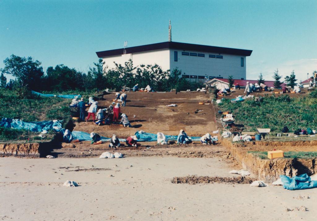 砂丘から低地にかけての遺跡、石狩紅葉山49号遺跡の発掘作業。