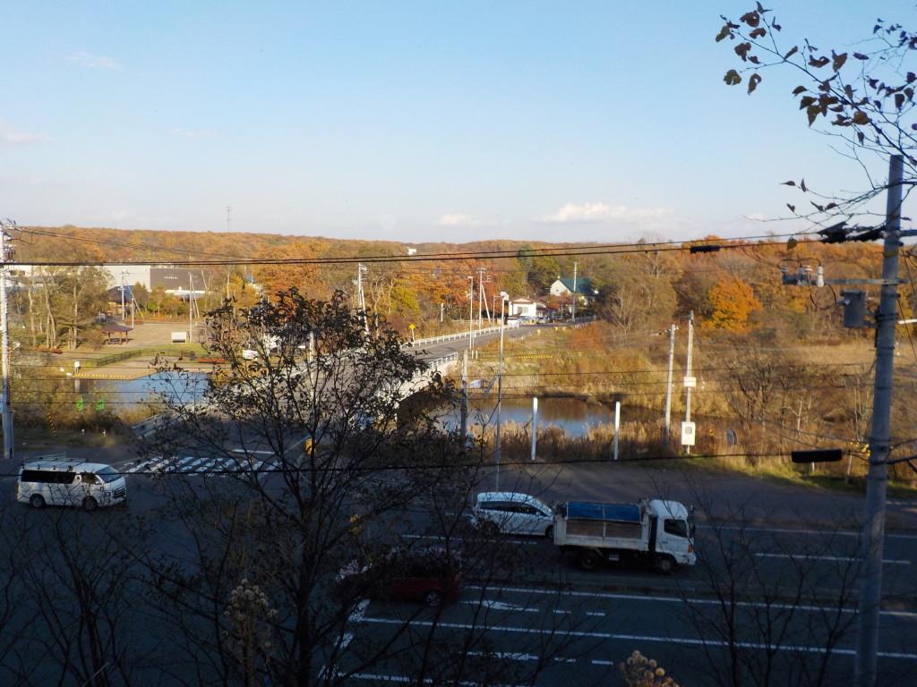遺跡の頂部からの風景 目の前に国道36号線と美々川が見える
