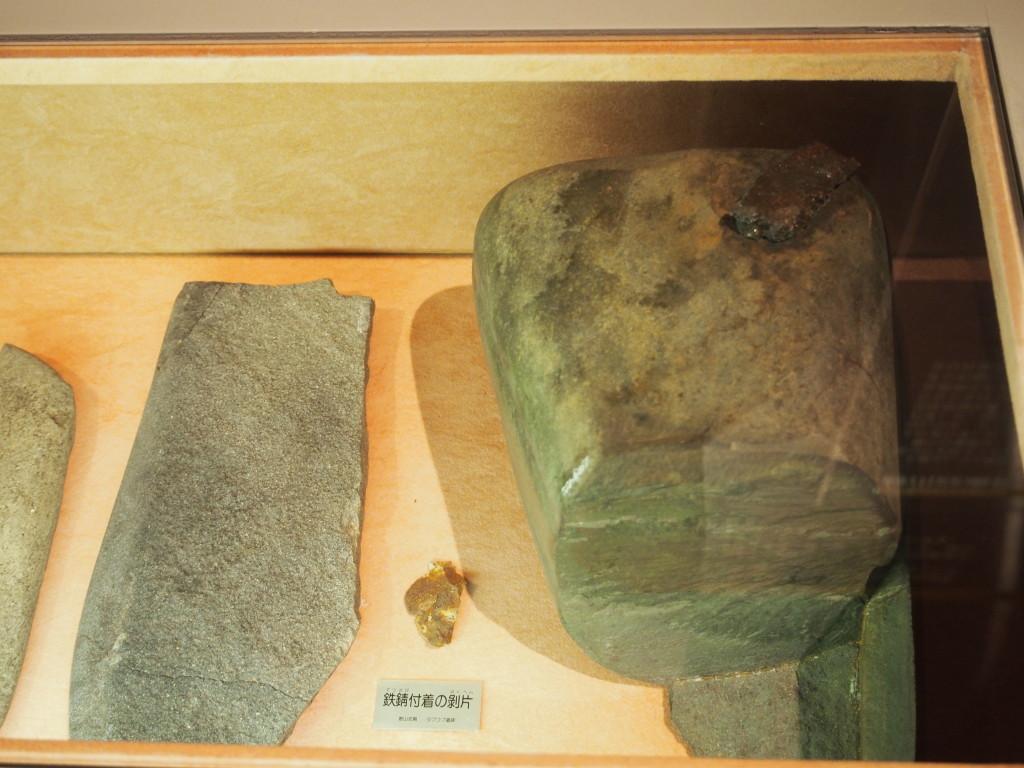 30号墓副葬品  (右)鉄片付台石 (中心)鉄片のついた石器