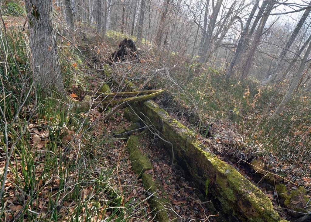 写真9 一部崩れた導水路