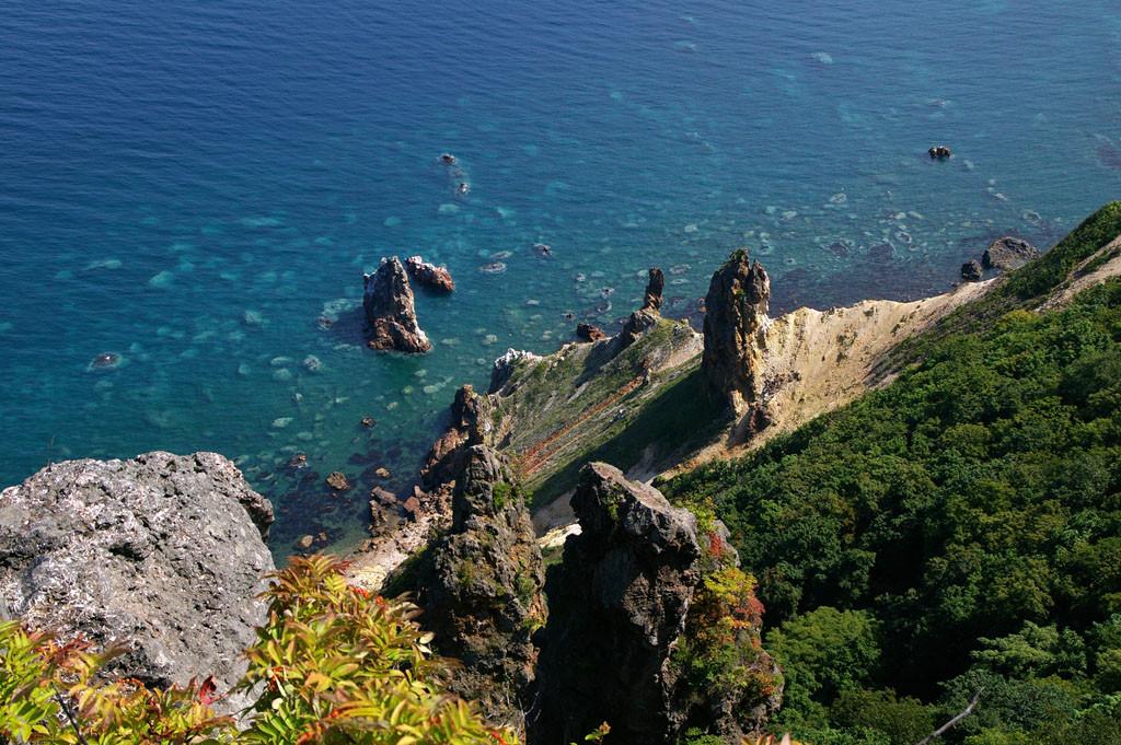 岩塔が立ち並ぶ赤岩地区の海岸