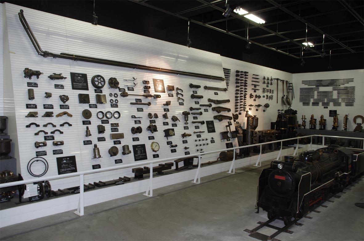 蒸気機関車資料館の様子です。ここには注記済みの部品や工具・ゲージ類が約800点が展示されています。